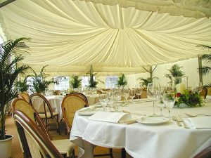 Ambiente weiß mit Tischdeko und Stühlen